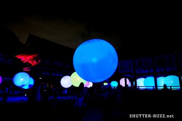 """下鴨神社に光の球体!チームラボによる光のアート""""呼応する球体"""""""