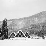 雪と白川郷合掌造りのモノクロ写真 ‐ SONY α7(ILCE-7)撮影