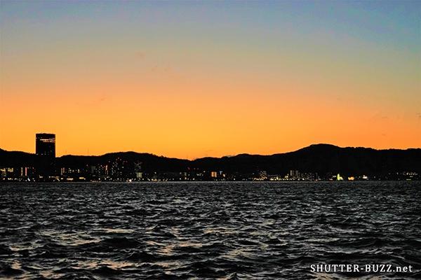 マジックアワーに魅せる空のグラデーション。夜景が始まる前の、ほんの数分間だけの光景。