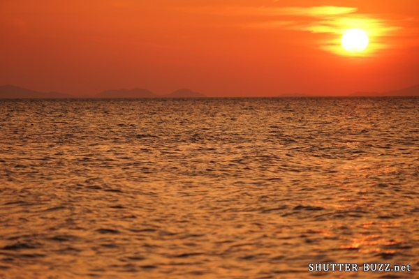 滲む夕日、オレンジ色に染まる海