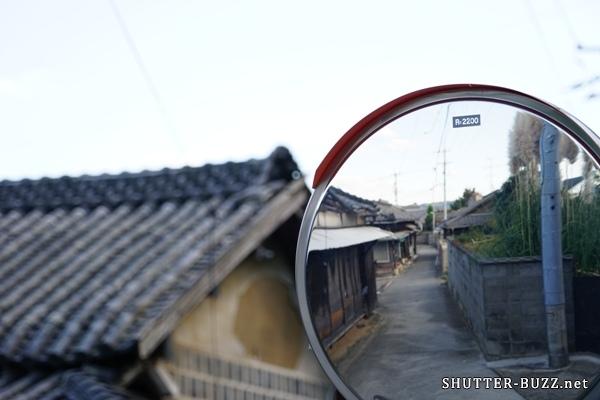 カーブミラーに写る路地。路地裏散策中の一コマ。